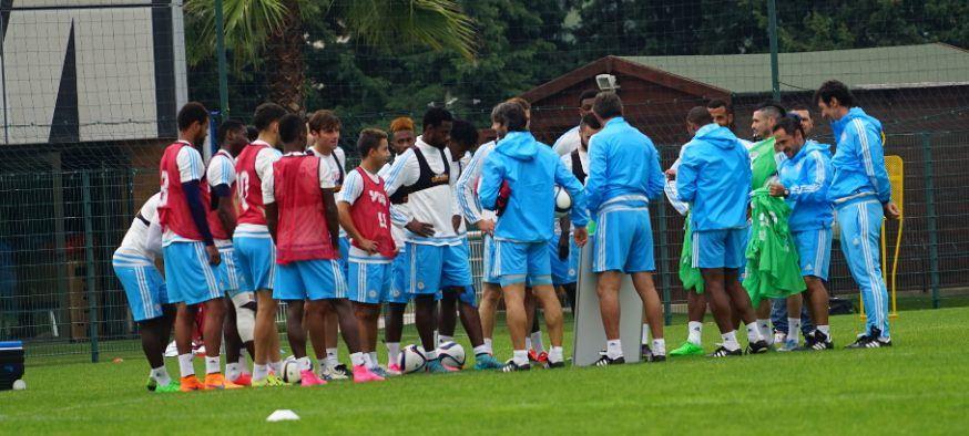 Joueurs olympique de Marseille autour de Michel à l'entrainement.