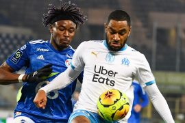 Mohamed SIMAKAN en duel avec Jordan Amavi lors du match Strasbourg OM au Stade de la Meinau